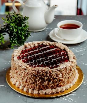 Tort czekoladowy z orzeszków ziemnych na stole