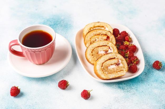 Tort malinowy roll ze świeżymi jagodami.