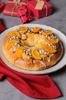 Tort objawienia pańskiego z plastrami pomarańczy