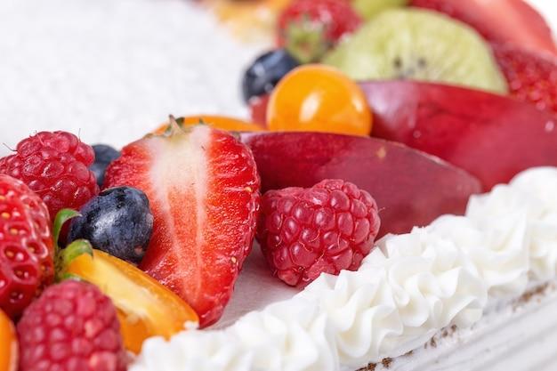 Tort owocowy z truskawkami na urodziny dziewczyny.