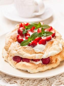 Tort pavlova ze świeżymi truskawkami