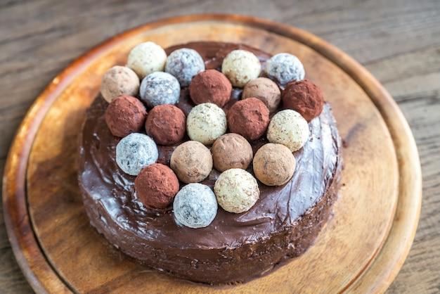 Tort sachera ozdobiony truflami