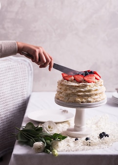 Tort truskawkowy pavlova ozdobiony kobietą