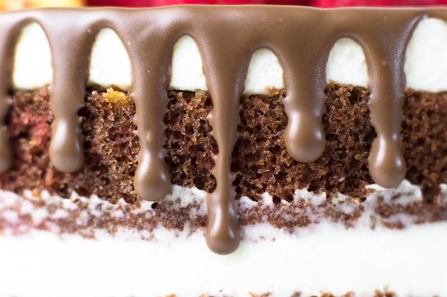 Tort urodzinowy. ciasta czekoladowe i serek śmietankowy. plamy czekoladowe