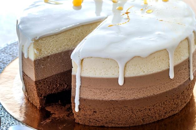 Tort urodzinowy czekoladowy ozdobiony kolorowymi paskami