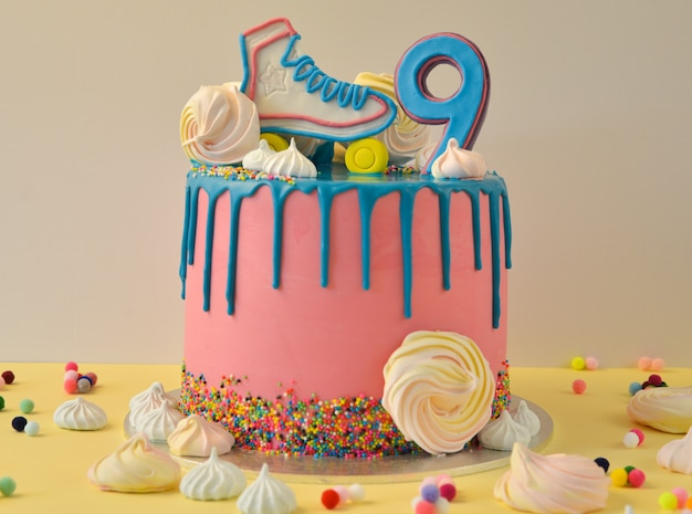 Tort urodzinowy drip pink na 9 rocznicę urodzin