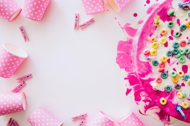Tort urodzinowy i ramka z rzeczy imprezowych