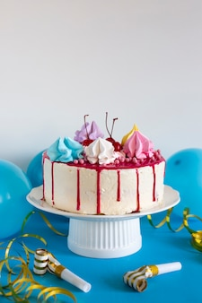 Tort urodzinowy na niebieskim stole