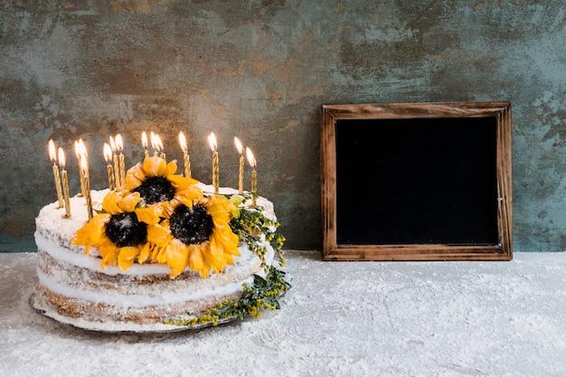 Tort urodzinowy ozdobiony kwiatami