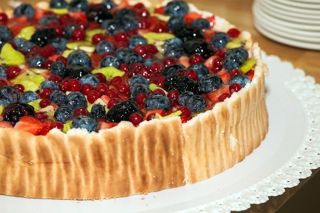 Tort urodzinowy z jagodami na wierzchu