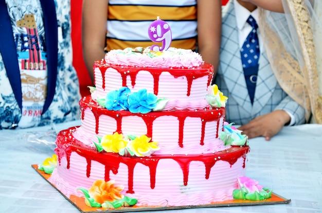 Tort urodzinowy z jedną świeczką w indiach