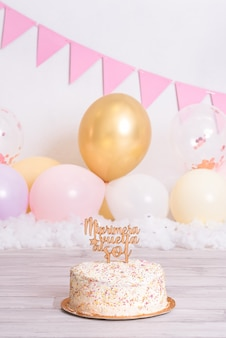 """Tort urodzinowy z kolorowymi kulkami. na szczycie, gdzie jest napisane """"mój pierwszy powrót na słońce"""". świętowanie urodzin. pierwszy rok dziecka."""