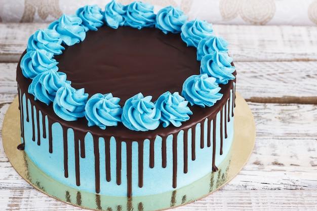 Tort urodzinowy z kremem czekoladowym kapie na biały