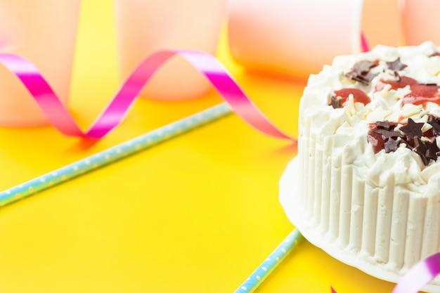 Tort urodzinowy z polewą z bitą śmietaną