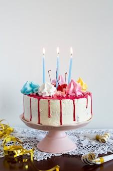 Tort urodzinowy z zapalonymi świecami
