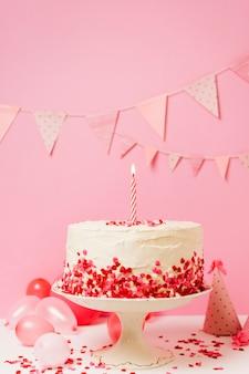 Tort urodzinowy ze świecą i konfetti