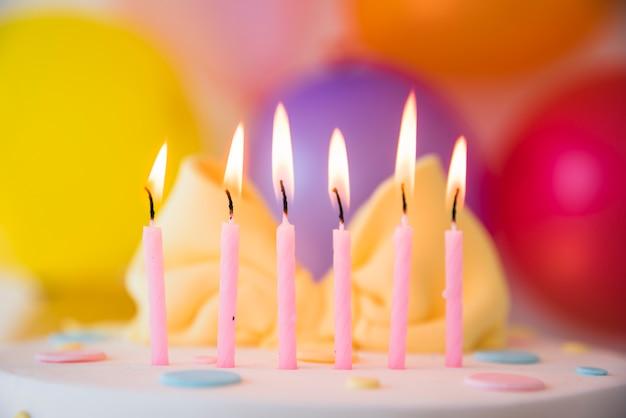 Tort urodzinowy ze świecami