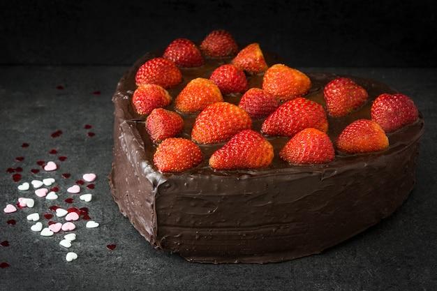 Tort w kształcie serca na walentynki lub dzień matki na czarnym tle
