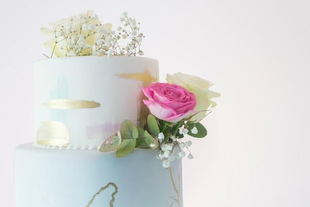 Tort weselny na białym tle