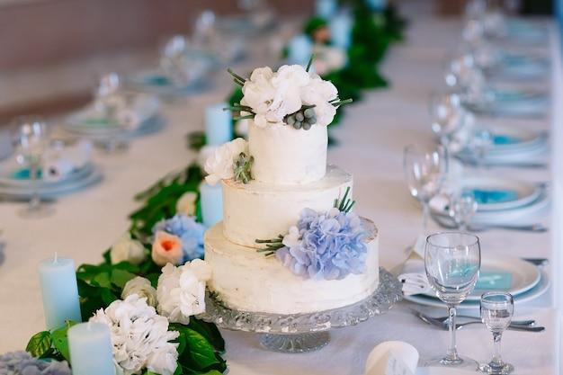 Tort weselny na stole weselnym.