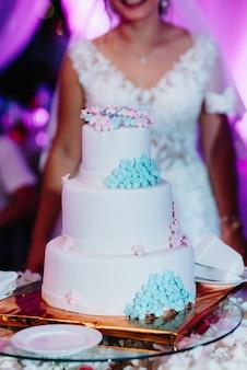 Tort weselny na weselu nowożeńców
