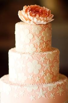 Tort weselny różowy kolor