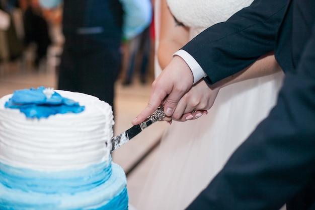 Tort weselny stoi w centrum restauracji