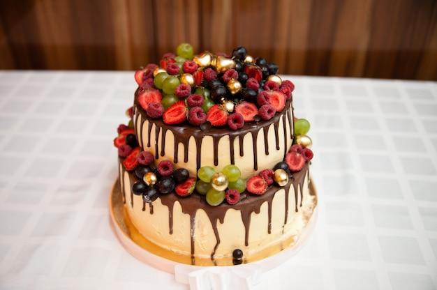 Tort weselny z czekoladą i jagodami