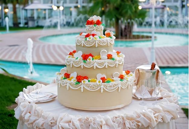 Tort weselny z dekoracją
