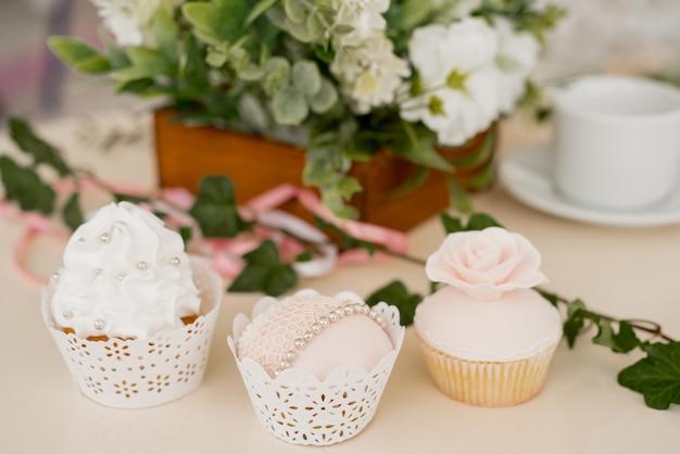 Tort weselny z elegancką dekoracją
