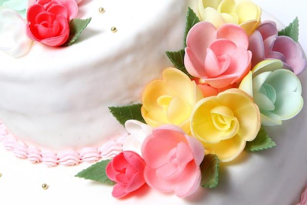 Tort weselny z kolorowymi kwiatami