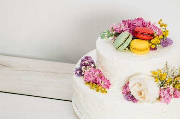 Tort weselny z kwiatami