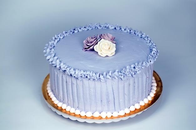 Tort weselny z różami.