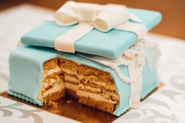 Tort weselny z turkusowymi ciastami w stylu tiffany