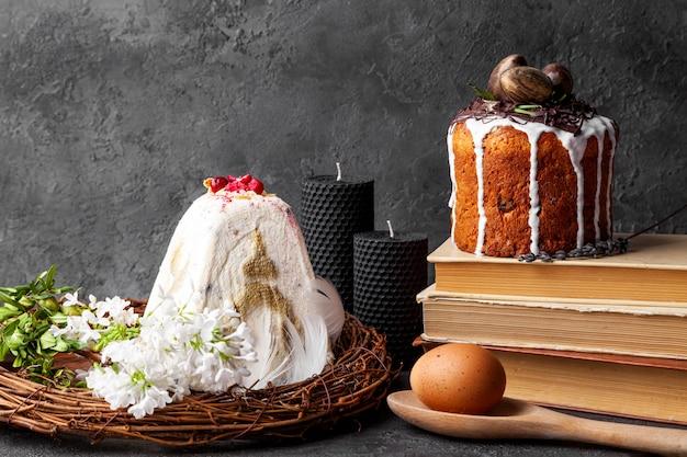 Tort wielkanocny, kwiaty i jajko na czarnej powierzchni