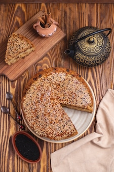 Tort z dżem rodzynki garnka sezamowego cynamonowej herbaty garnka odgórnym widokiem