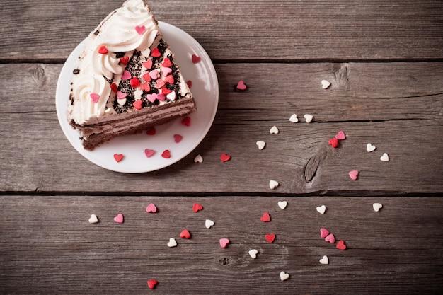 Tort z sercami na drewnianym tle