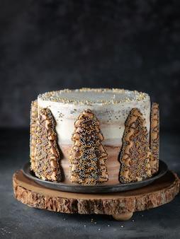Tort zimowy z ciasteczkami w kształcie drzewa