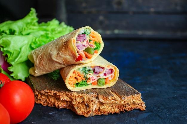Tortilla burrito wrap nadziewane warzywa lawasz