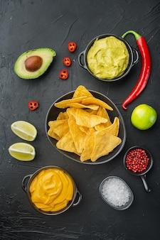 Tortilla nacho z sosem śmietanowym podawana z guacamole i sosem serowym