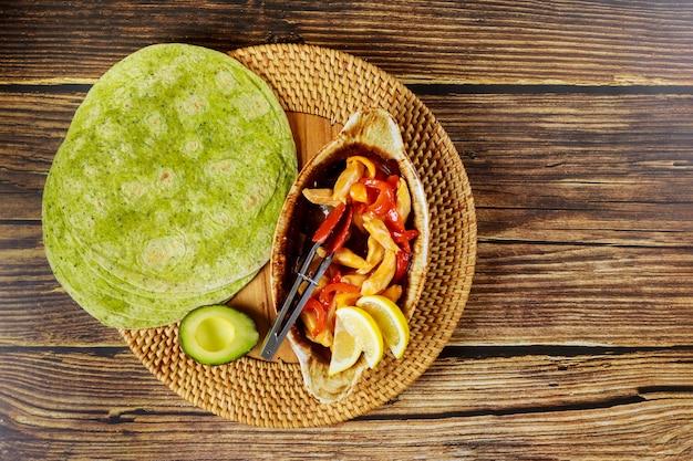 Tortilla szpinakowa z kurczakiem i warzywami
