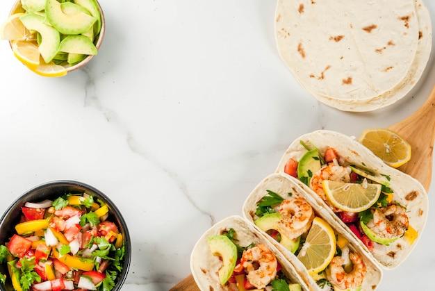 Tortilla tacos z tradycyjną sałatką domowej roboty, pietruszką, świeżą cytryną, awokado i grillowanymi krewetkami