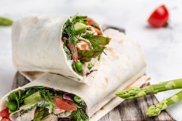 Tortilla wrap z kurczakiem i warzywami, szparagami, awokado, pomidorami, groszkiem, serem