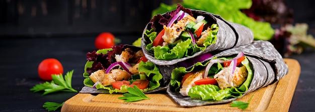 Tortilla z dodatkiem atramentowego mątwy z kurczakiem i warzywami