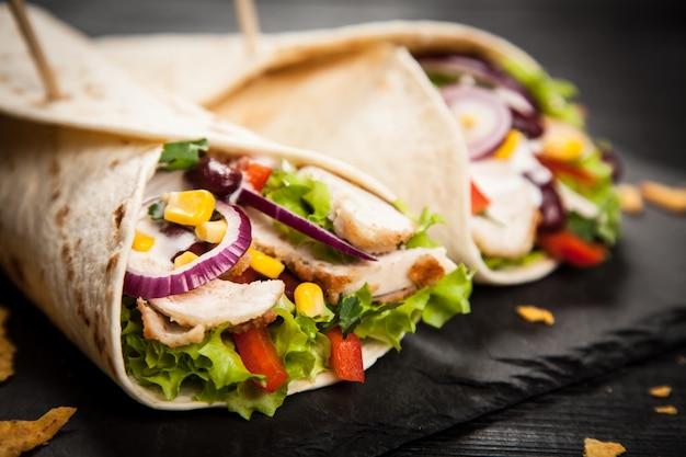 Tortilla z mieszanką składników