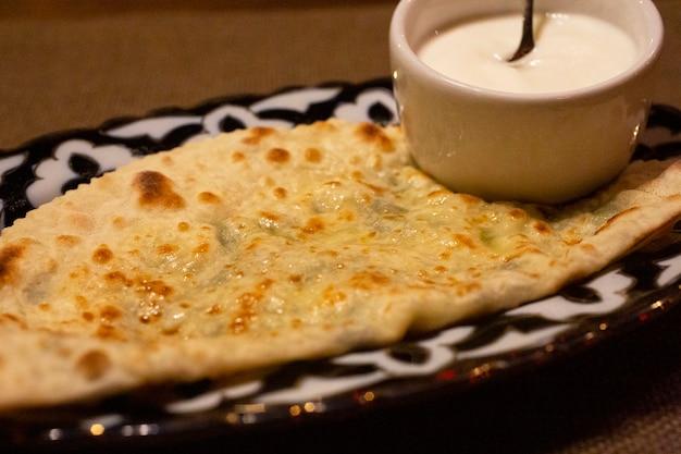 Tortilla z serem i sosem ciasto serowe z brązową skórką lub włoska pizza quatro formaggi gruzińska chaczapuri