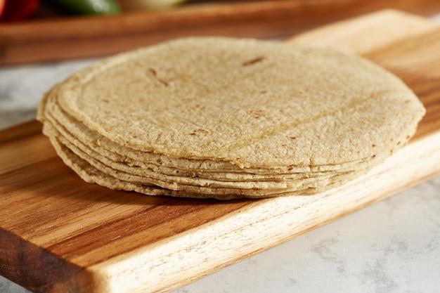Tortillas de maiz mexicano sobre tabla de madera