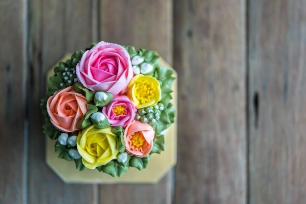 Tortowa śmietanka jest słodkim deserem na drewnianym stole