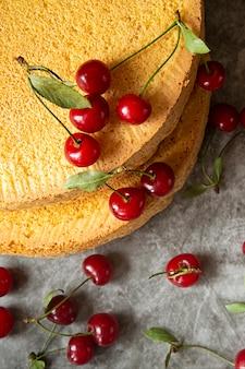 Torty biszkoptowe z jagodami wiśniowymi. pieczenie, przygotowanie warstw gąbki do złożenia wiśni ciasta