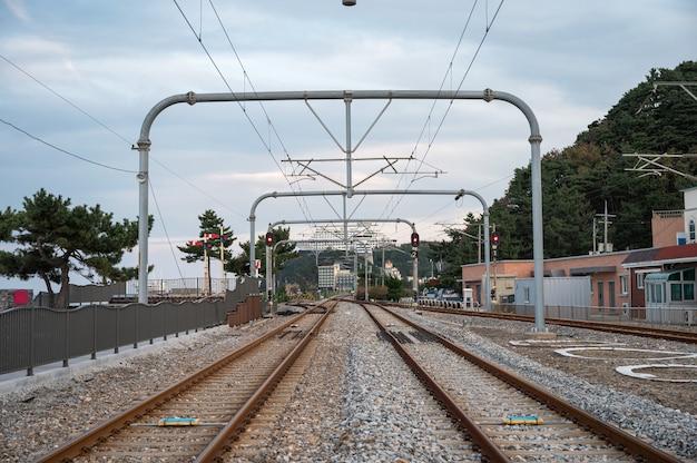 Tory kolejowe i słup elektryczny podmiejski na stacji